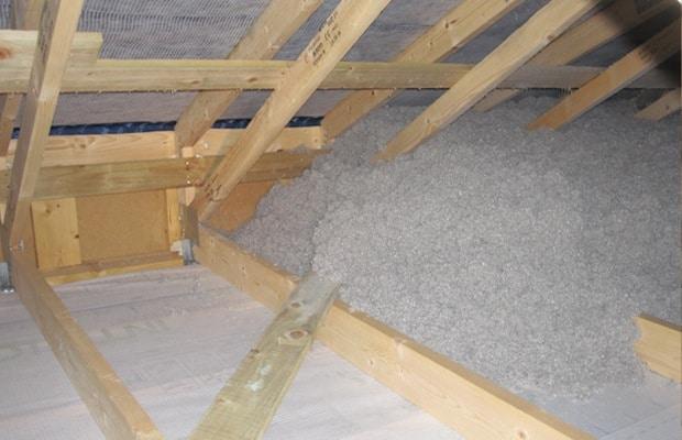 Isoler toiture avec flocons de papier